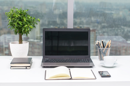 Office werkplek met notebook op houten tafel.