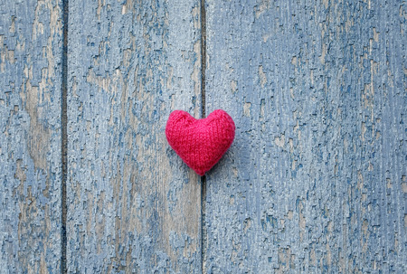 mooie roze hart gemaakt van garen tegen de muur van hout met een shabby land blauwe verf Stockfoto
