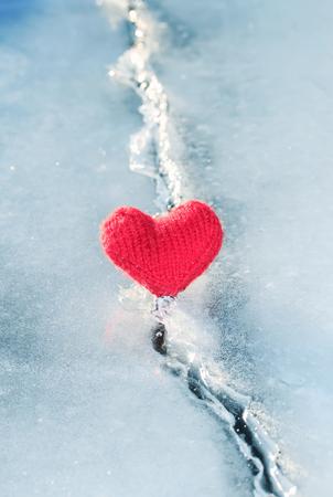lichtgloeiend hart gemaakt van garen ligt op het helderblauwe koude ijs en smolt de diepe scheur