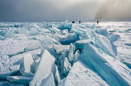 Menschen aus den riesigen Eisschollen von Baikalsees in der Dämmerung