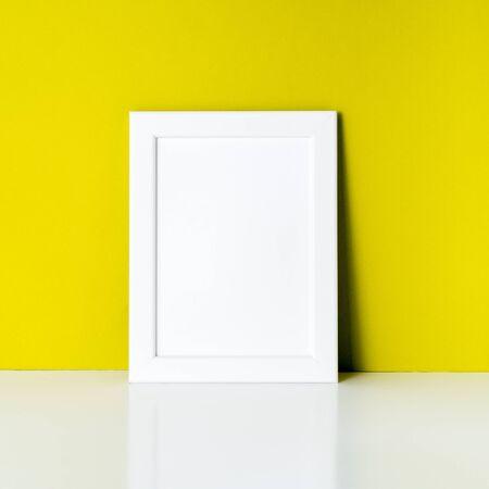 밝은 노란 종이 벽에 프레임을 모의