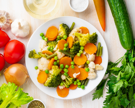 Mix of boiled vegetables, steam vegetables for dietary low-calorie diet. Broccoli, carrots, cauliflower, top view. Stockfoto