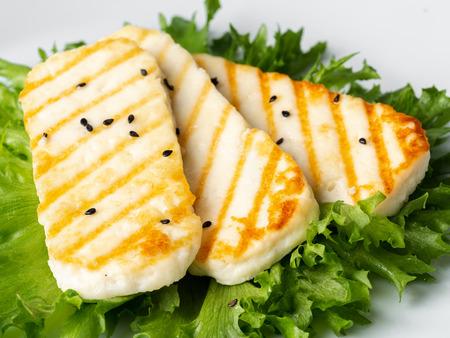 Halloumi alla griglia, macro formaggio fritto con insalata di lattuga.