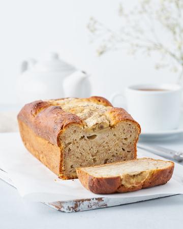 Banana bread, cake with banana, side view, vertical. The morning Breakfast on light grey background Standard-Bild