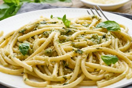 Pasta de espagueti al pesto con albahaca, ajo, piñones y aceite de oliva.
