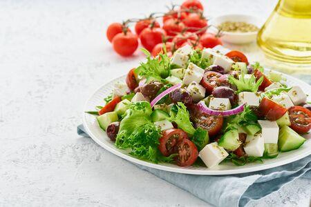 Insalata greca con formaggio feta, olive, pomodorini, cetrioli, lattuga e cipolla, cucina mediterranea vegetariana, pasto dietetico a basso contenuto calorico