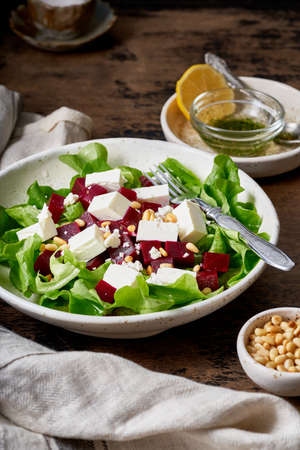 Healthy salad with beet, curd, feta and pine nuts, lettuce. Low carb keto ketogenic dash diet Banque d'images