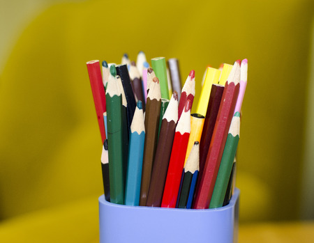the sizes: Colored pencils of different sizes in the cup