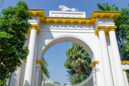 Beautiful white gate with a lion in Kolkat India Stock Photo - 103487733