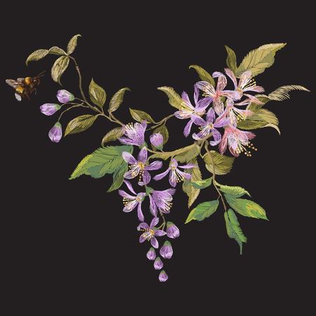 라일락 꽃과 꿀벌 자 수 꽃 패턴입니다. 벡터 전통적인 꽃과 패션 의류에 대 한 검은 배경에 곤충과 수 놓은 디자인.