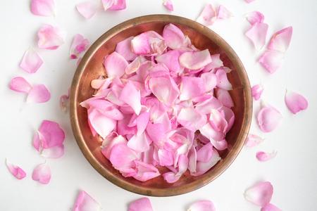 Rosa Rosenblüten in einer Kupferplatte