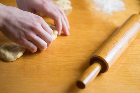 Frau knette einen Teig auf den Tisch Standard-Bild
