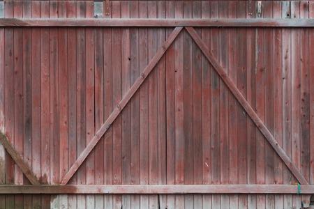 古い木製の塗装された門の破片。背景
