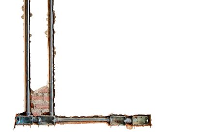 Cajas de acero de potencia y conducto de metal eléctrico para instalación de cableado de red o cable incrustado en una pared de ladrillo para trabajos subterráneos de tecnología industrial aislados sobre fondo blanco