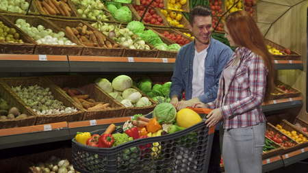 Couple buys vegetables at the mall Stockfoto