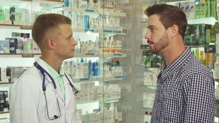 Doctor talking to patient in drugstore Imagens