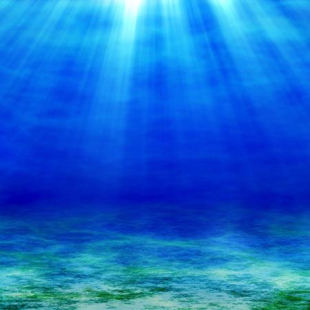 ozean: Die Sonnenstrahlen dringen in die Tiefen des Ozeans. Meer und Sandboden am sonnigen Tag.