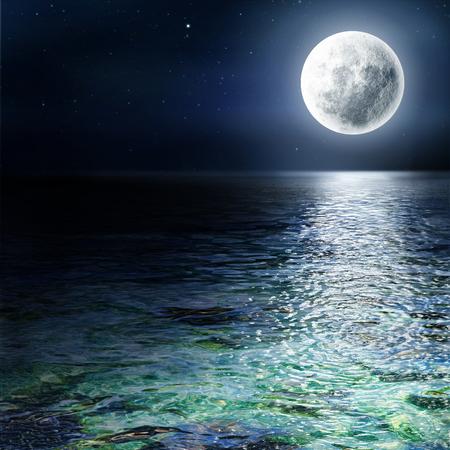 moonlight: Luna grande sobre el oc�ano. Paisaje marino y de la luna. Una alta resoluci�n.