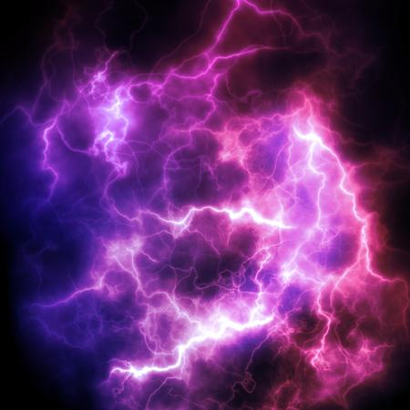 効果的な明るい紫雷。空のフラッシュ。高解像度。