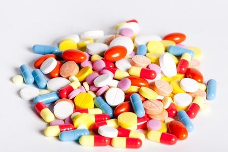 Puñado de pastillas y cápsulas