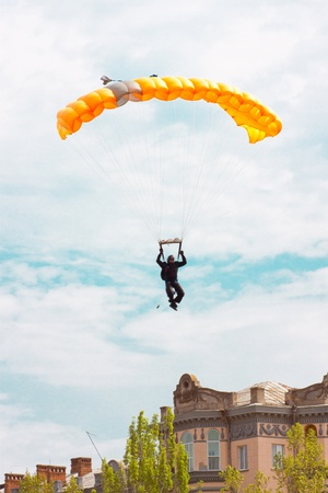 caida libre: paracaidista en el cielo azul en un paracaídas