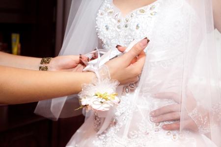 vistiendose: Novia vestirse delante del arco con nudos