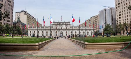 bandera chilena: SANTIAGO, CHILE - 30 de septiembre de 2013: La Moneda, la sede del Presidente de la República de Chile. Editorial