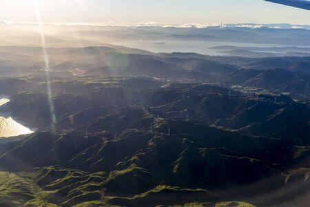 Vista aérea desde la ventana de un avión sobrevolando Wellington, Nueva Zelanda