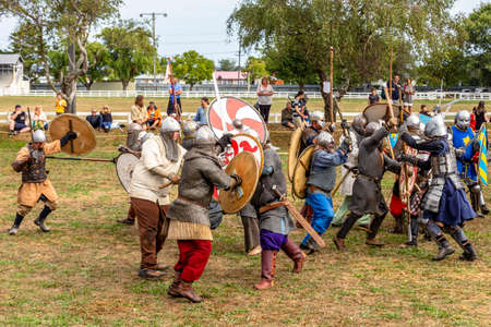 Levin, New Zealand - February 10, 2018: Reenactors battle at a medieval market in Levin showgrounds, New Zealand. Stok Fotoğraf - 147689278