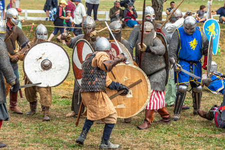 Levin, New Zealand - February 10, 2018: Reenactors battle at a medieval market in Levin showgrounds, New Zealand. Stok Fotoğraf - 147689286