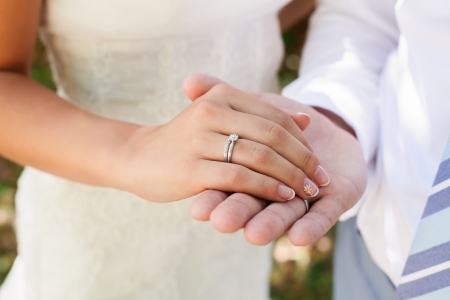c�r�monie mariage: photographie de mariage d'un jeune couple d'amoureux qui sont juste mari�, sont proches les uns des autres dans l'harmonie, l'amour et le bonheur. Le mari� retient la main de la mari�e dans sa main. Banque d'images