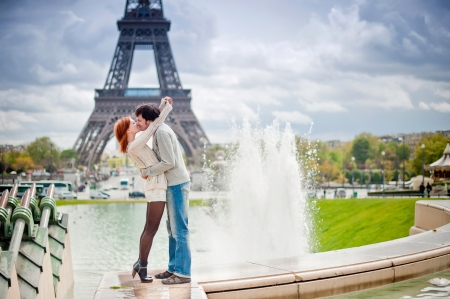 Lovers kissing in Paris with the Eiffel Tower in the Background Standard-Bild