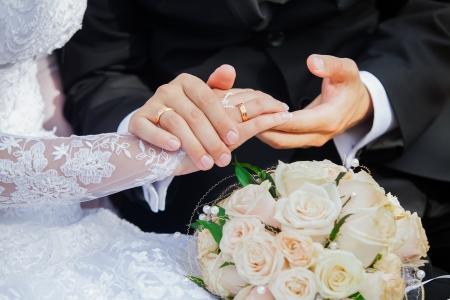 wedding  ring: Fotografía de la boda de una joven pareja de enamorados que están casados, se acercan el uno al otro en armonía, el amor y la felicidad novio detiene a la novia