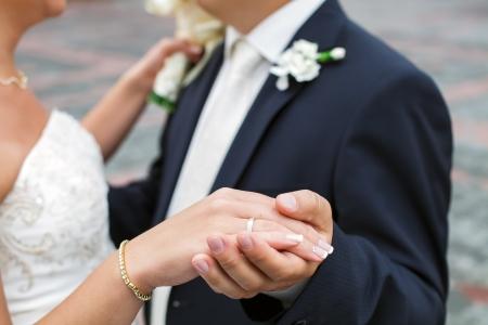 Fotografia di nozze di una giovane coppia di amanti che sono appena sposato, sono vicini gli uni agli altri in armonia, amore e felicità sposo tiene la sposa Archivio Fotografico - 20996881