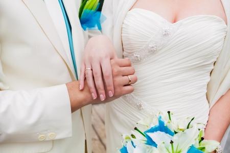 写真愛好家は結婚したばかりの若いカップルの結婚式にお互いに近い調和、愛と幸福