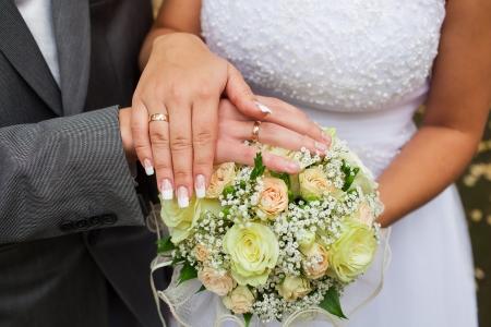그냥 결혼 연인 젊은 부부의 결혼식 사진, 조화, 사랑과 행복 서로 가까이에 있습니다. 가을 결혼식. 스톡 콘텐츠