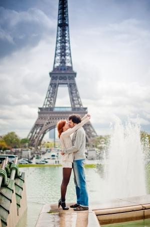 Lovers zoenen in Parijs met de Eiffeltoren op de achtergrond