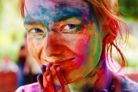 Nehru University célébrer festival de Holi, le 20 Mars 2011, à Delhi, en Inde. Holi est un festival de printemps célébré comme un festival de couleurs. Banque d'images - 36076176