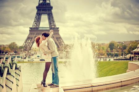 besos hombres: Amantes que se besan en París con la Torre Eiffel en el fondo