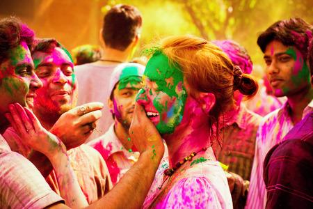 hindues: Turista de la mujer que celebra el festival hind� de Holi con la poblaci�n ind�gena local. La gente en el festival de Holi en la India. Holi, o Holli, es un festival de primavera celebrada por los hind�es, sijs y otros. El d�a principal, Holi, es celebrado por personas que lanza Editorial