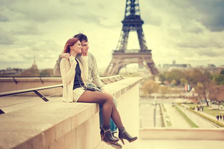 Amantes en París con la Torre Eiffel en el fondo Foto de archivo