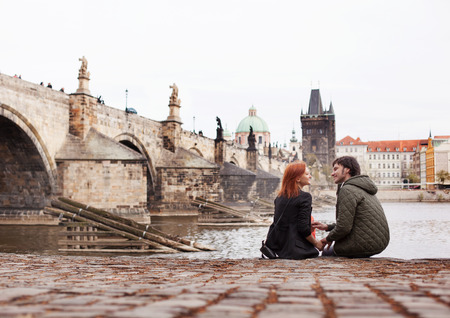 romance: Jovem casal apaixonado. Praga, República Checa Imagens