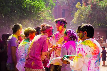 DELHI, INDE - 20 mars: Tourisme avec des étudiants de l'Université Jawaharlal Nehru célébrer festival de Holi, le 20 Mars 2011, à Delhi, en Inde. Holi est un festival de printemps célébré comme un festival de couleurs. Banque d'images - 37855041