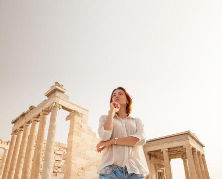 アテネのアクロポリス アテネ市上高岩の露頭に位置する古代の城塞であり、最も有名なされているパルテノン神殿、プロピライア素晴らしい建築と歴史的意義のいくつかの古代の建物跡が含まれています 写真素材 - 40823375