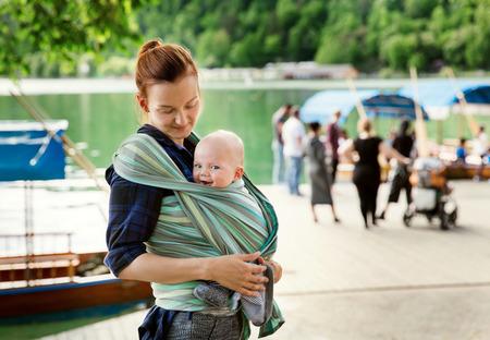 Bambino e madre sulla natura nel parco Archivio Fotografico - 55239870