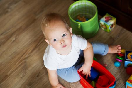 Bambino che gioca con i giocattoli colorati Archivio Fotografico - 54773996