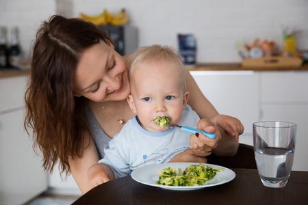 Moeder met haar kind samen eten en hebben een leuke