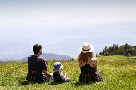 Famiglia sullo sfondo della natura. Stile di vita, viaggio, concetto di famiglia. Archivio Fotografico - 65198654