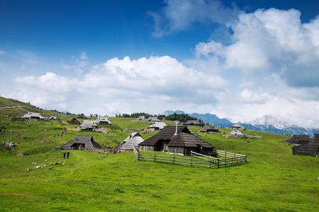 Velika Planina ou Plateau des grands pâturages dans les Alpes de Kamnik, en Slovénie. Banque d'images - 65199328