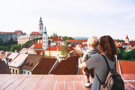 Panoramisch zicht op Cesky Krumlov. Familie van Toeristen die op middeleeuwse architectuur in oude Stad van Cesky Krumlov, Tsjechische Republiek kijken. Lente of zomer in Europa. Reizen en vakantie Stockfoto
